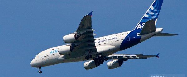 Airbus A380 im Landeanflug über dem Stadtteil Mahndorf auf den Flughafen Bremen