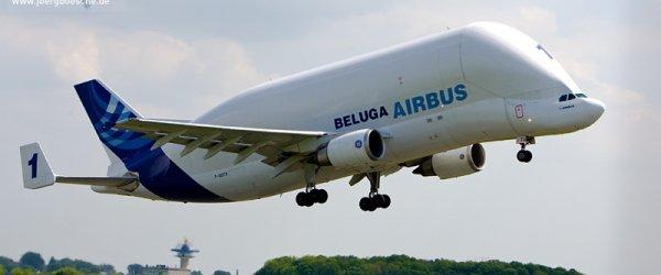 Beluga Airbus beim Start mit Triebwerkstrahl