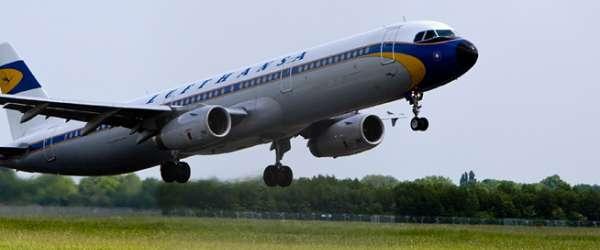Lufthansa Flugzeug fliegt über Startbahn vom AIRPORT BREMEN ab.