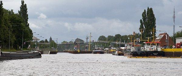 Einfahrt zur Schleuse an der Oberweser des Weserwehrs in Bremen