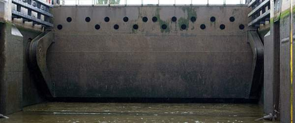 Schleuse am Weserwehr in Bremen