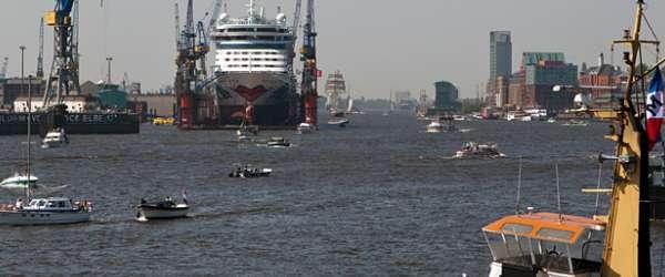 AIDA Kreuzfahrtschiff im Trockendock 10 beim 822. Hafenfest