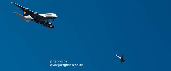 Airbus A380 im Überflug über Hamburg (Landungsbrücken) mit ausgefahrenem Fahrwerk und JU 52