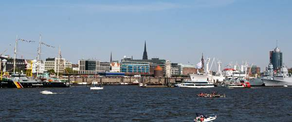 Panorama der Landungsbrücken in Hamburg