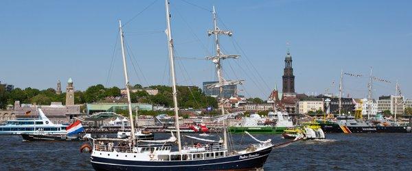 Segelschiff bei den Landungsbrücken auf dem 822. Hafenfest