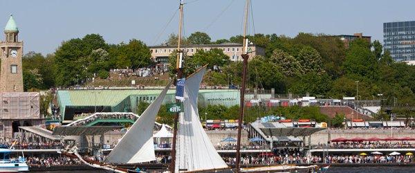 Segelschiff vor den Landungsbrücken in Hamburg