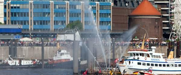 Feuerwehrlöschboot an den Hamburger Landungsbrücken