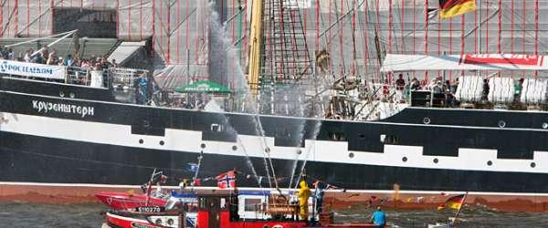 Feuerwehrlöschboot auf der Elbe