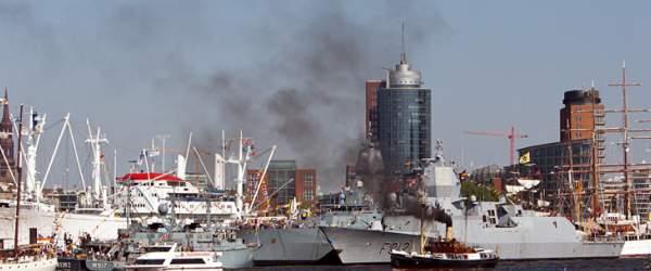 Dampfschiff  an den Landungsbrücken in Hamburg beim 822. Hafenfest