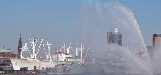 Feuerwehr-Löschboot auf der Elbe in Hamburg