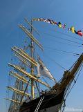 Großes Segelschiff mit bunten Fahnen beim 822. Hafenfest in Hamburg