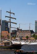 Segelschiff an den Landungsbrücken in Hamburg