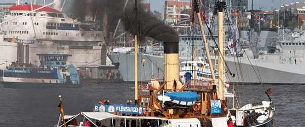 Dampfschiff beim 823. Hafengeburtstag in Hamburg.