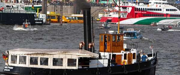 Traditionelles Dampfschiff auf der Elbe beim Hafengeburtstag in Hamburg.