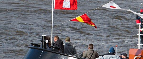 Hamburger Flagge auf Schlepper Bugsier 17.