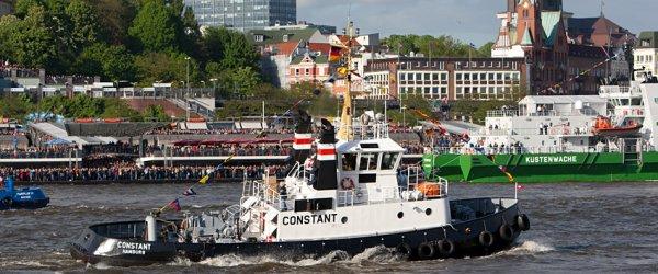 Schlepperballett auf der Elbe vor den Landungsbrücken.