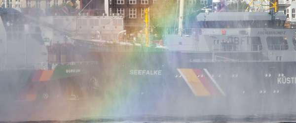 Regenbogen, erzeugt durch das Feuerwehr-Löschboot vor den Landungsbrücken.