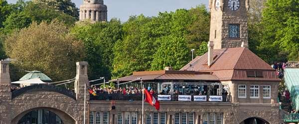 Die Landungsbrücken mit hunderten Besuchern am 823. Hafengeburtstag in Hamburg.