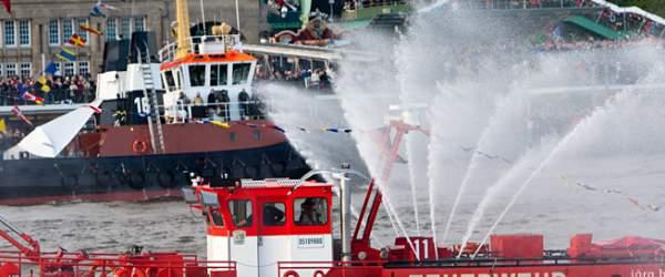 Feuerwehr-Löschboot vor den Landungsbrücken in Hamburg.