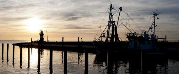 Schifffahrtstraße und kleiner Hafen in Wremen