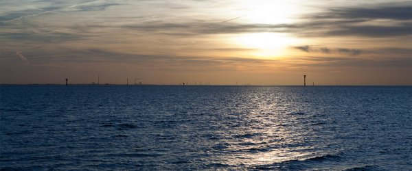 Sonnenuntergang mit blauer Stunde im Hafen von Wremen