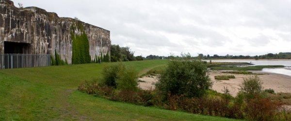 Außenansicht (Weserseite) des U-Boot Bunker Valentin in Bremen-Farge.