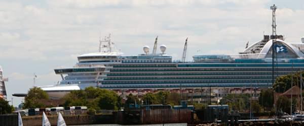 Luxusliner / Passagierschiffe im Hafen von Warnemünde