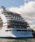 Passagierschiff mit mehr als 50.000 PS am Hafenbecken von Warnemünde