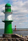 Leuchtturm am Hafenbecken in Warnemünde