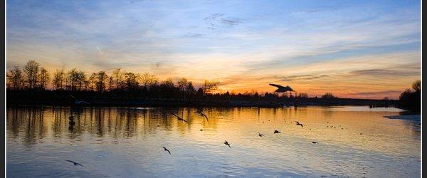 Der blau-rote Sonnenuntergang am Weserwehr in Bremen-Hastedt spiegelte sich auf der Weser wieder.