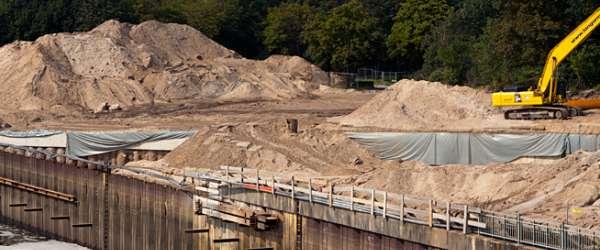 Sandberge für die Auffüllung der Unebenheiten und Angleichung des Bodens am Weserkraftwerk.