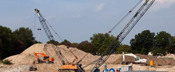 Baukräne auf der Baustelle des Weserkraftwerks am Weserwehr in Hastedt.