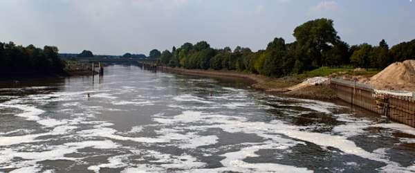Blick auf die Unterweser vom Weserwehr (Staustufe 1) mit Weserkraftwerk auf der rechten Seite.