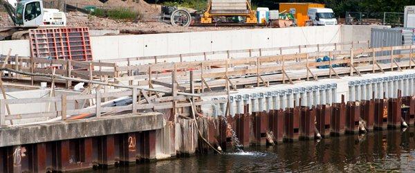 Späterer Wassereingang für das Weserkraftwerk mit großen Gittern, um Treibgut abzuhalten.