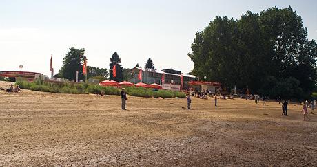 Sandstrand am Café Sand mit großen Fahnen von Haake Beck Bremen
